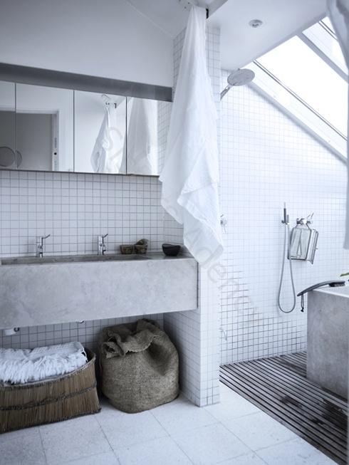 Hygge på det hvide flisebadeværelse