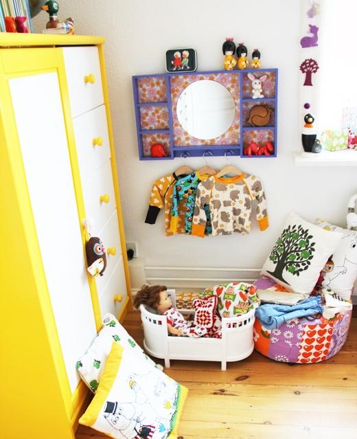 Skabet er malet i to farver en knald gul og en hvid du kan gøre det