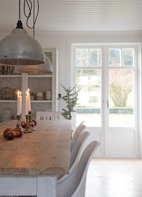 rustik-indretning-stue-vintage-spisestue-raa-bolig-traaebord-plankebord