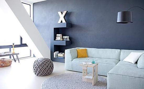 Moden siger vi skal have grå eller sorte vægge.... Du kan jo kaste dig i ud i en kombi som denne flotte koksgrå væg