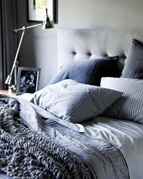 sovevaerelse-bedroom-boligindretning-indretning-bolig-interior-seng-graa-sengetaeppe-hovedgærde