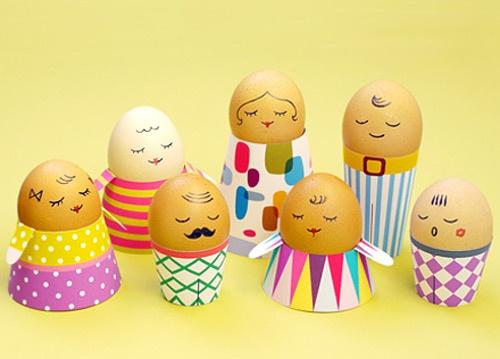 Lav en masse sjove ægge mennekser. Giv dem tøj af karton. God og sød idé som pynt på påskebordet til en påskefrokost og ungerne vil synes det er sjovt. Enkelt og nemt!Kilde: momtastic.com