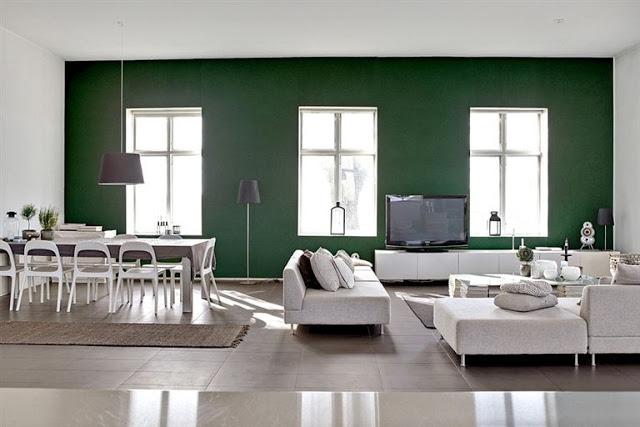 Stuen som høre til rummet på det foregående billede. Den grønne farve afgrænser stue og spisestue fra resten af rummet og giver en god stemning. Forstil dig at hele rummet her havde været hvidt, det havde været knap så hyggeligt og spændende.