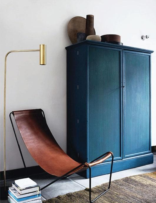 stue-indretning-flagemusstol-indigo-skab-bolig-boligindretning