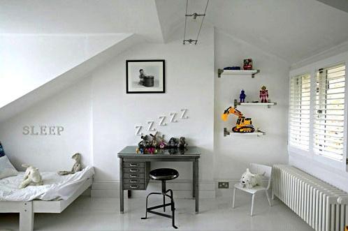 Enkelt værelse holdt hvidt. Det armygrønne skrivebord giver med sin farve lidt ro og hygge i rummet. Hylderne på væggen er perfekte til udstillinger af drengens seje bilerKilde: http://www.hiddeninfrance.typepad.com/hidden_in_france/french_blogs/