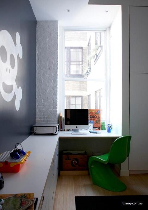 Væg og vinduesplad er brugt effektivt. Her har man lavet et skrivebord med masser af opbevaring og bordplads. Bemærk hvor sej den sorte væg er med det stor dødningehoved. Værelset her vil kunne følge barnet op til starten af teenageårene vil jeg mene.Kilde: http://www.google.com/reader/view/feed/http://vaikokambarys.lt/feed/?source=ignitionfork