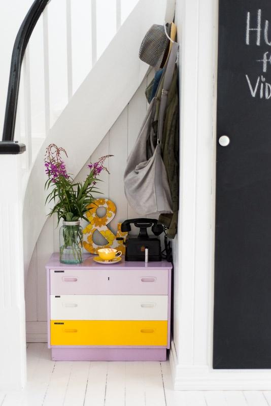hall-entré-indretning-boligindretning-sort-kommode-diy-tapet-pastel-retro