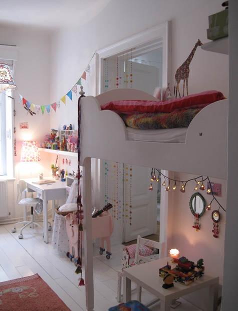 Skønt og hyggeligt pigeværelse, til en lille prinsesse.Kilde: http://www.decopeques.com/una-habitacion-pequena-llena-de-detalles/