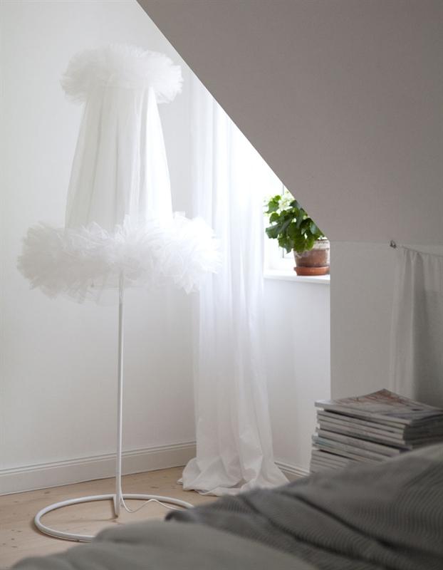 sovevaerelse-indretning-seng-standerlampe