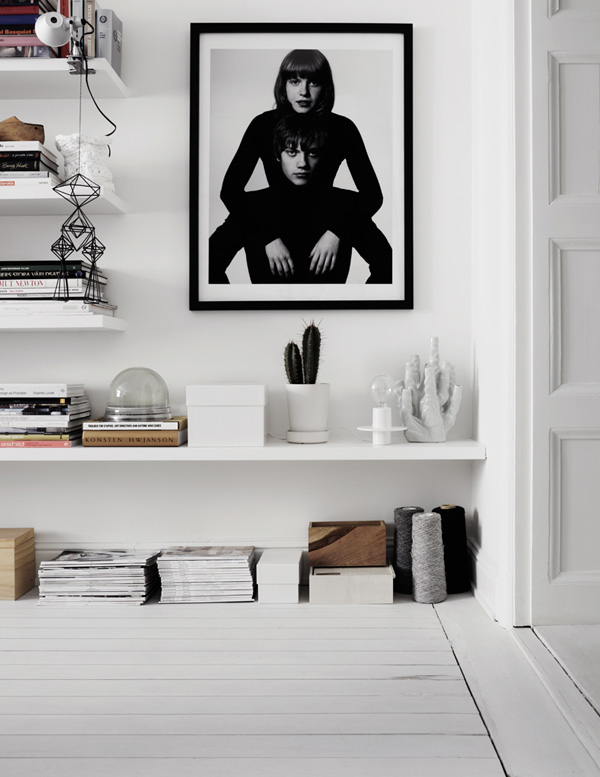 sorthvid-indretning-grafisk-hylder-boligindretning-bolig-stue