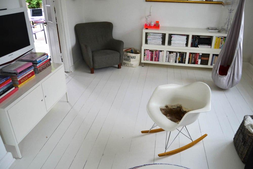 boligcious-indretning-stue-malede-gulve-hvid