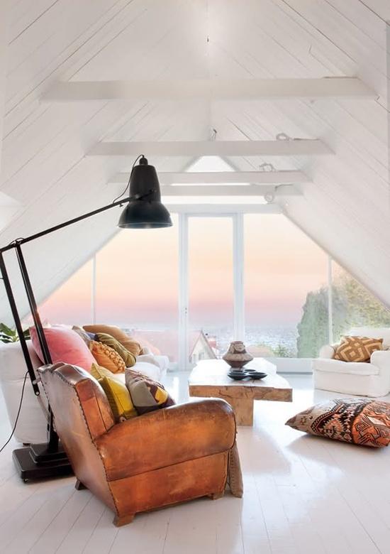 skraa-vaegge-stue-udsigt-indretning-1
