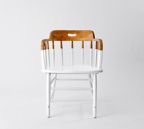 En gammel stol er blevet malet 3/4 hvid. Jeg ved godt vi har set det før, men jeg synes at denne version er ret så cool! Kilde: