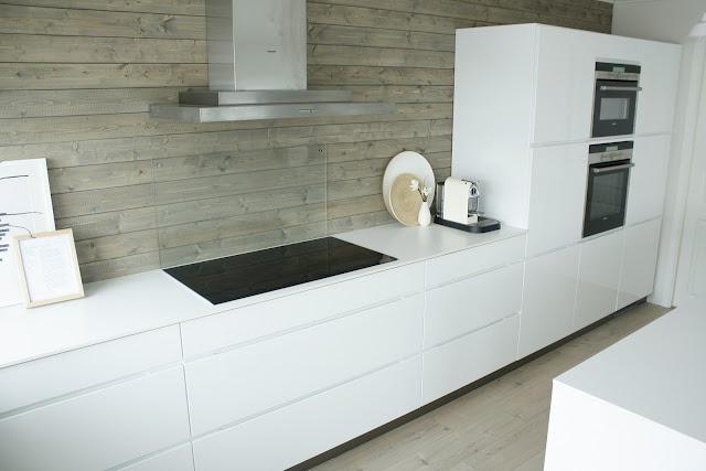 stringent-enkelt-indretning-stilrent-koekken-bolig