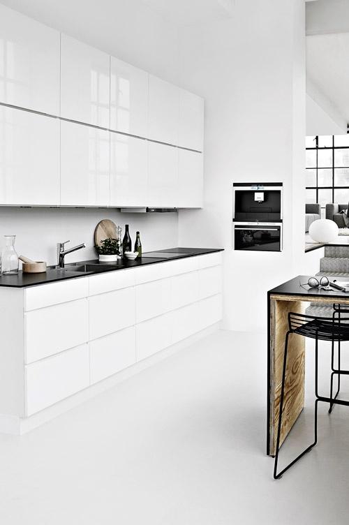 stringent-indretning-bolig-koekken-interioer