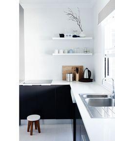 stringent-sort-indretning-koekken-bolig