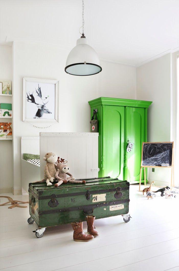mal-skab-karlekammerskab-groen-indretning-boernevaerelse