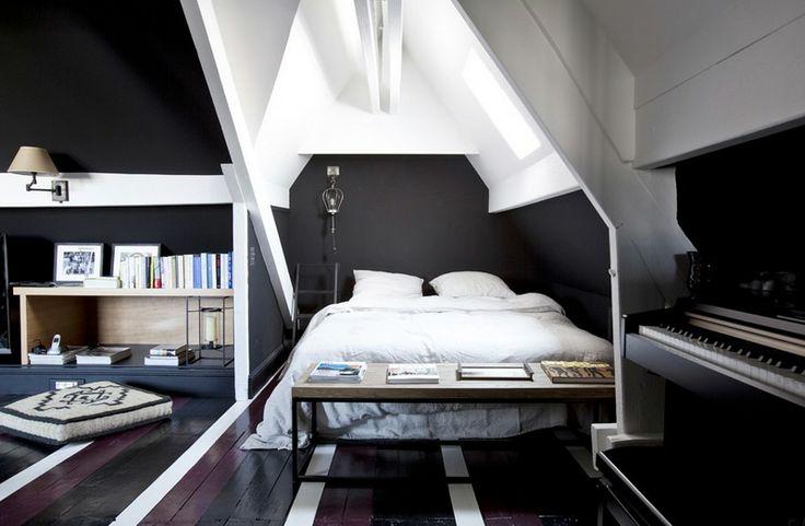 soveværelse i sort med hvide gulvstriber