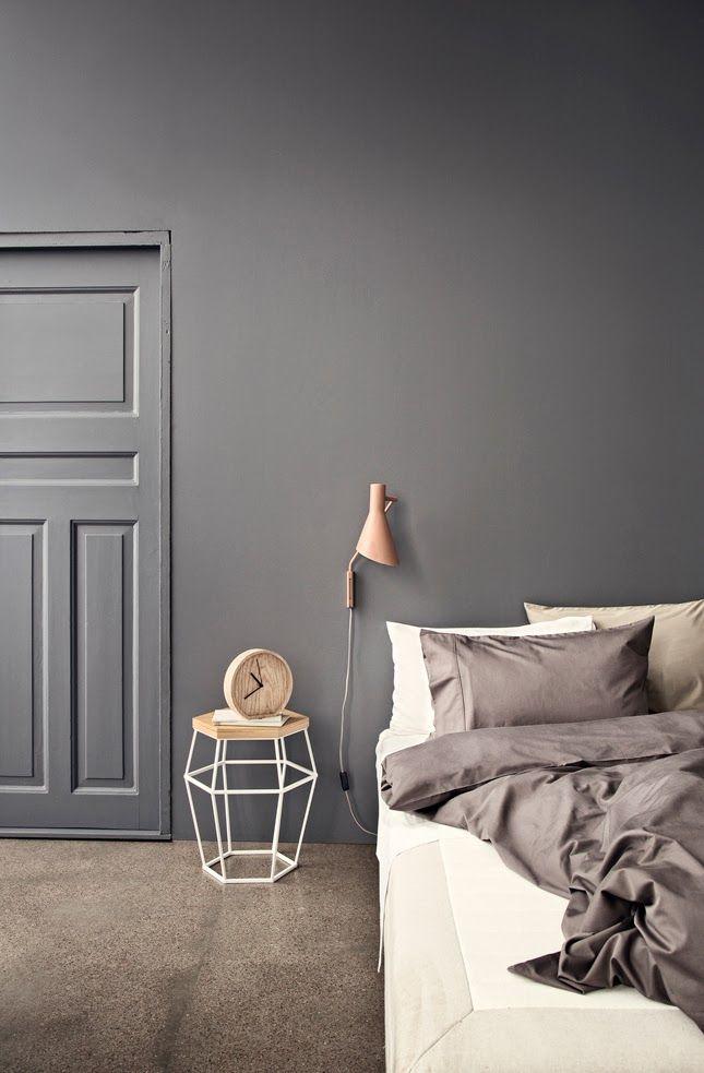 soveværelse med mørkegrå væg
