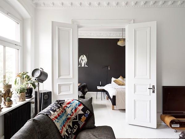 black_wall_gray_sofa_livingroom_bedroom_emmas_designblogg_51ab1637ddf2b33a8348decc