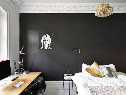 stadshem-black-walls-bedroom